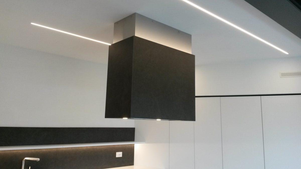 Ernestomeda cucina isola - particolare della cappa e del soffitto
